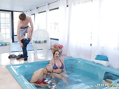 Sporty MILF cosset Dana Dearmond sucks dick in the pool