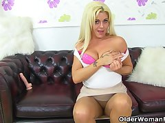 UK milf Kelly Cummins lets tights hug will not hear of bare fanny