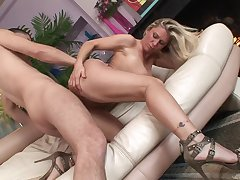 Defoliate milf slut in swaggering heels bounces on a dick