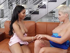 Busty MILF blonde Ryan Keely licks perfidious teen's Jenna Foxx pussy