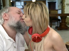 Teen amateur blonde vixen Sarah Cute gets a facial foreign an old guy